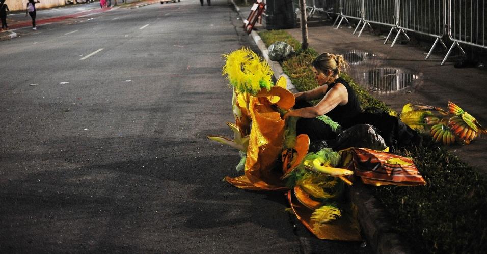 6.fev.2016 - Fim da primeira noite dos desfiles do Sambódromo do Anhembi, em São Paulo
