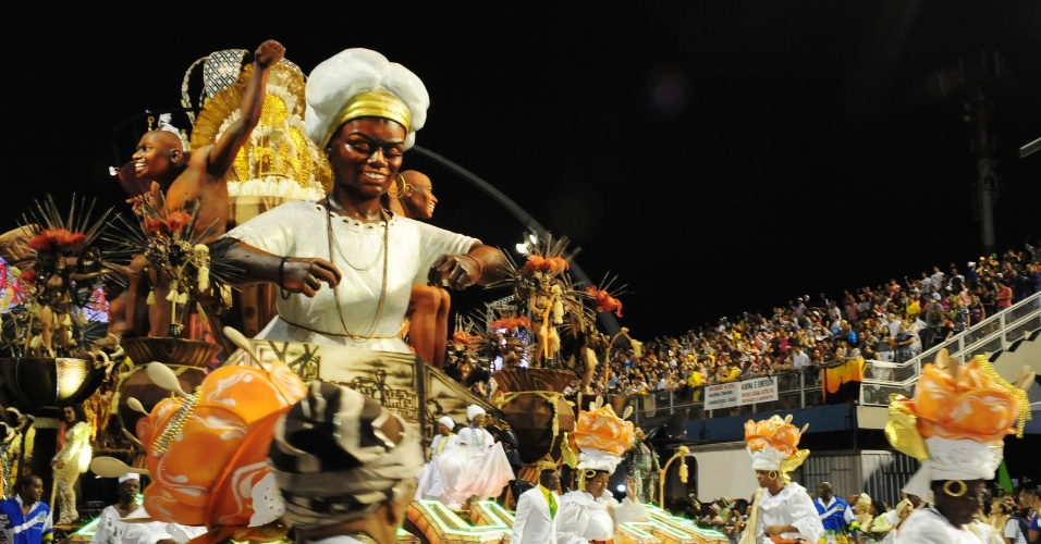 6.fev.2016 - Carro abre-alas da Unidos da Peruche, a escola que abriu a segunda noite de Carnaval do grupo especial de São Paulo