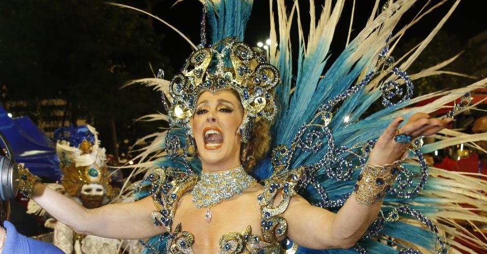 8.fev.2016 - A atriz Claudia Raia se prepara para entrar na Marquês de Sapucaí como destaque da escola de samba Beija-Flor