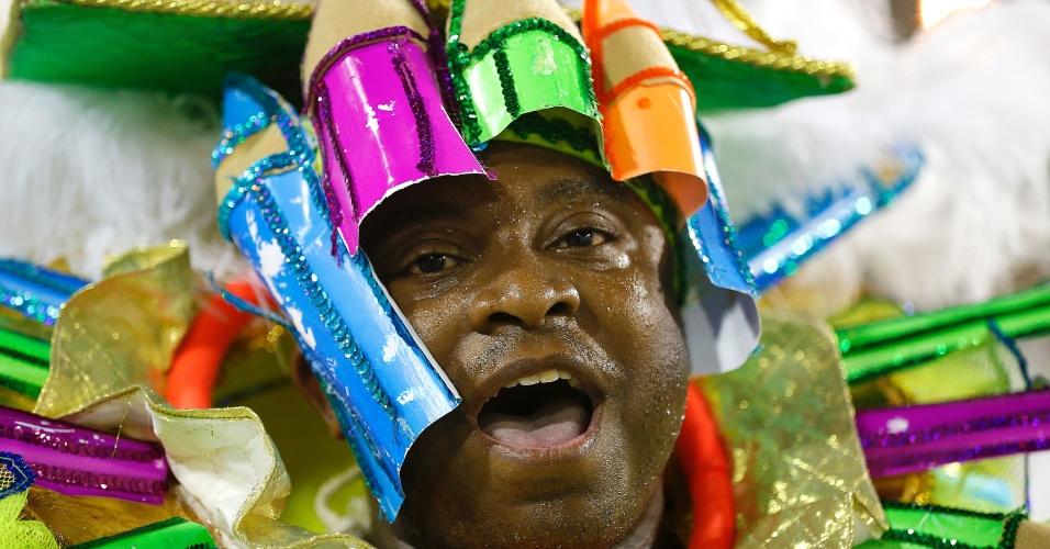 8.fev.2016 - Integrante canta animado o samba-enredo durante o desfile da Mocidade Independente de Padre Miguel