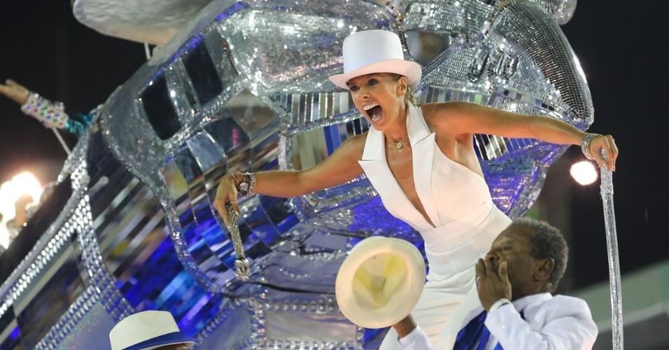 9.fev.2016 - Adriane Galisteu surpreendeu ao aparecer de macacão branco e chapéu no carro da Velha Guarda da Portela