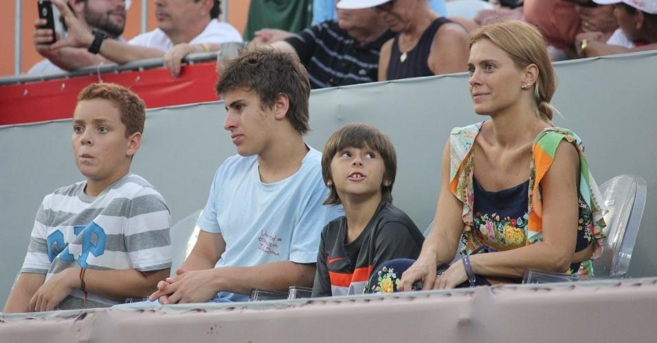 18.fev.2016- Carolina Dieckman levou os filhos José e Davi para conferir o jogo de Rafael Nadal, no torneio de tenis Rio Open no Jockey Clube no Rio de Janeiro nesta quinta-feira (18). A atriz vibrou com as jogadas de efeitos do tenista espanhol e mostrou que entende do esporte