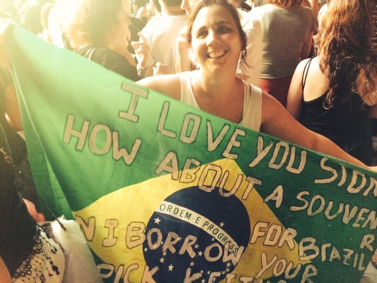 20.fev.2016 - Margarida Chacur, fã de Rolling Stones, leva bandeira com recados para a banda no show do Maracanã, no Rio