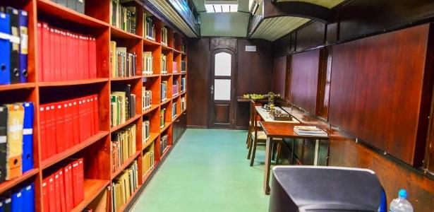 Biblioteca possui quase cinco mil títulos, entre documentos, livros técnicos e periódicos, que contam a história da Antiga Estação Ferroviária - Divulgação/Priscilla Fiédler