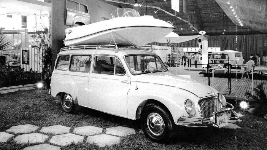 DKW Vemaguet é considerado o primeiro carro de produção nacional feito sob as regras (por peso) de 16 de maio de 1956; na foto, uma unidade do modelo 1962 sendo exibida no Salão do Automóvel de 1961 - Reprodução