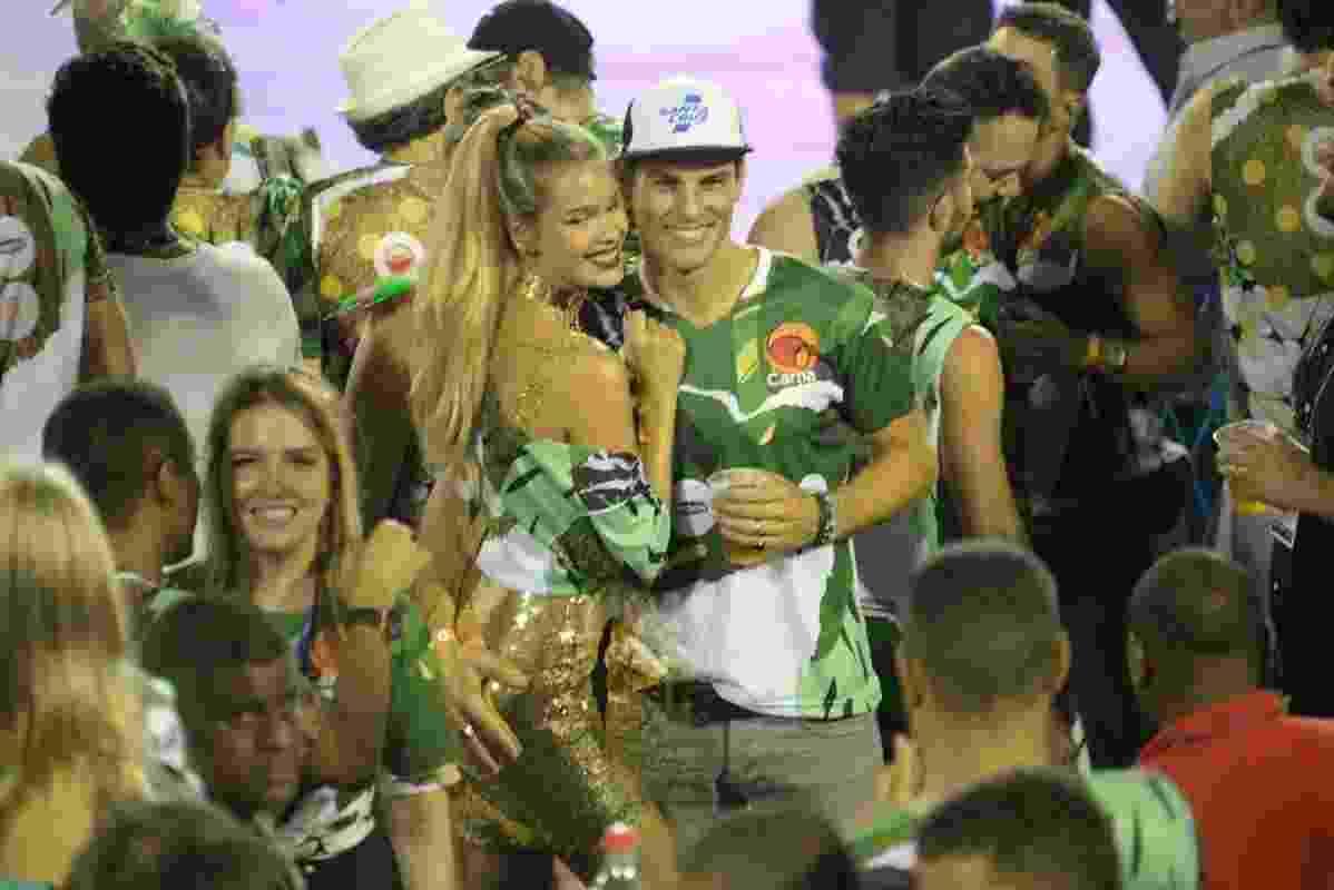 Evandro Soldati posa com a mão no bumbum da mulher, Yasmin Brunet, durante a segunda noite dos desfiles das escolas de samba do Grupo Especial, na madrugada de terça - Erbs Jr./UOL