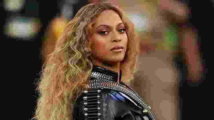 Uma das divas que mais arrasa nas mudança dos fios é Beyonce. Talvez um dos estilos que mais chame atenção seja esse bastante volumoso e ondulado, que com certa frequência aparece em clipes e faz parte de suas performances, como no show do intervalo do Super Bowl, em 2016 - Getty Images - Getty Images