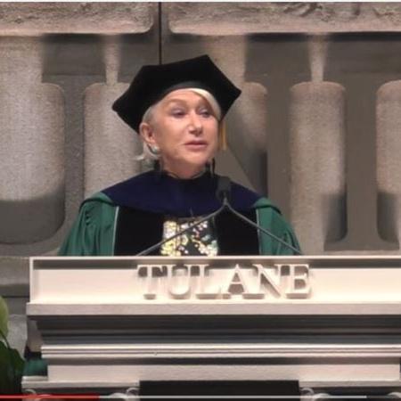 A atriz Helen Mirren discursando na Universidade de Tulane, em Nova Orleans, nos Estados Unidos - Reprodução/YouTube