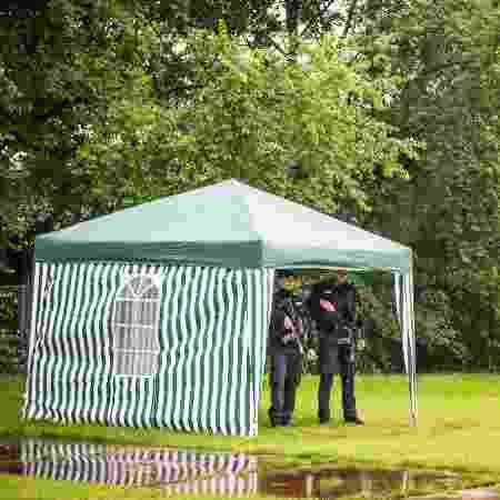 Ao lado de uma poça de lama, policiais armados fazem a segurança dos arredores do Festival de Roskilde - Ida Marie Odgaard/Reuters - Ida Marie Odgaard/Reuters