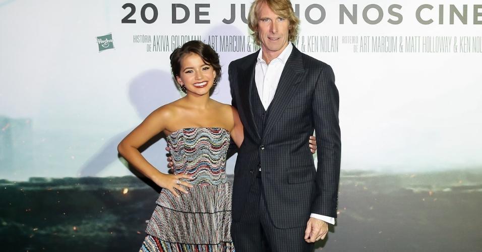 """O diretor Michael Bay e a atriz Isabela Moner compareceram à pré-estreia do filme """"Transformers 5 - O Último Cavaleiro"""" em São Paulo"""