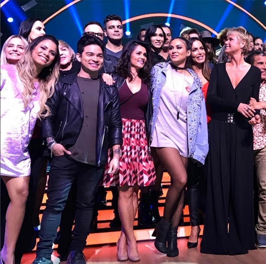 "Suzana Alves posa com Xuxa e o elenco do ""Dancing Brasil 2"""