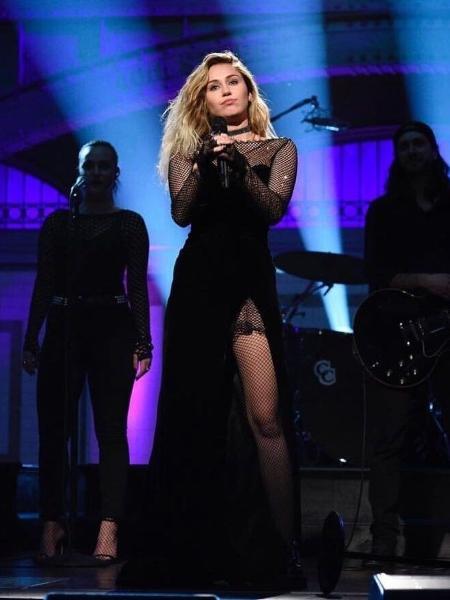 """Miley Cyrus se apresentou com criação de Rapha Mendonça no """"Saturday Night Live"""" - Reprodução/NBC"""