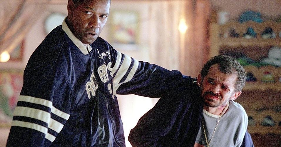 """Denzel Washington e Gero Camilo em cena de """"Chamas da Vingança"""" (2004)"""
