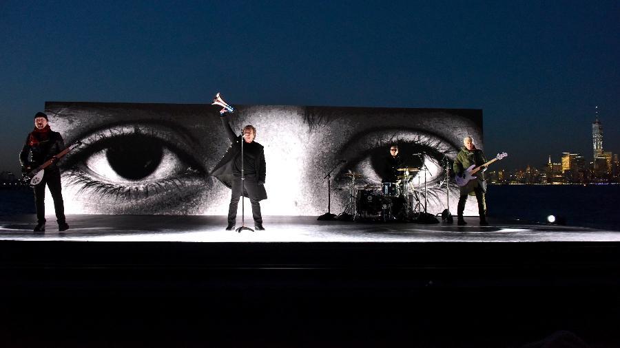 The Edge, Bono, Larry Mullen Jr e Adam Clayton, do U2, se apresentam no palco externo do Grammy 2018 - Getty Images