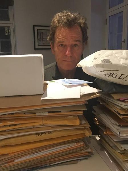 O ator Bryan Cranston e sua pilha de pedidos - Reprodução