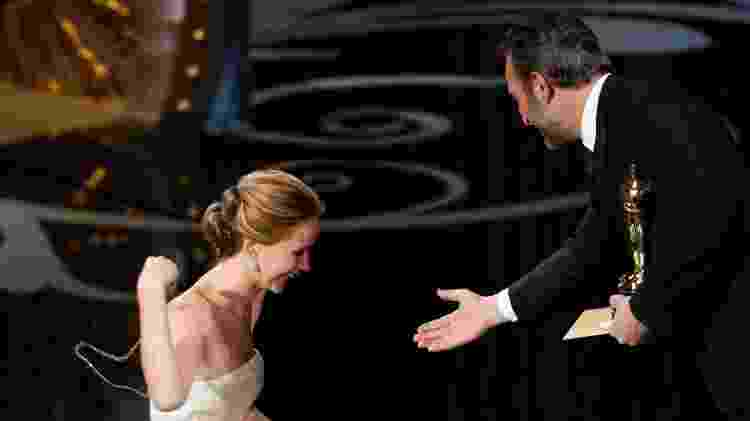 Jennifer Lawrence cai durante o Oscar 2013 -  REUTERS/Mario Anzuoni -  REUTERS/Mario Anzuoni