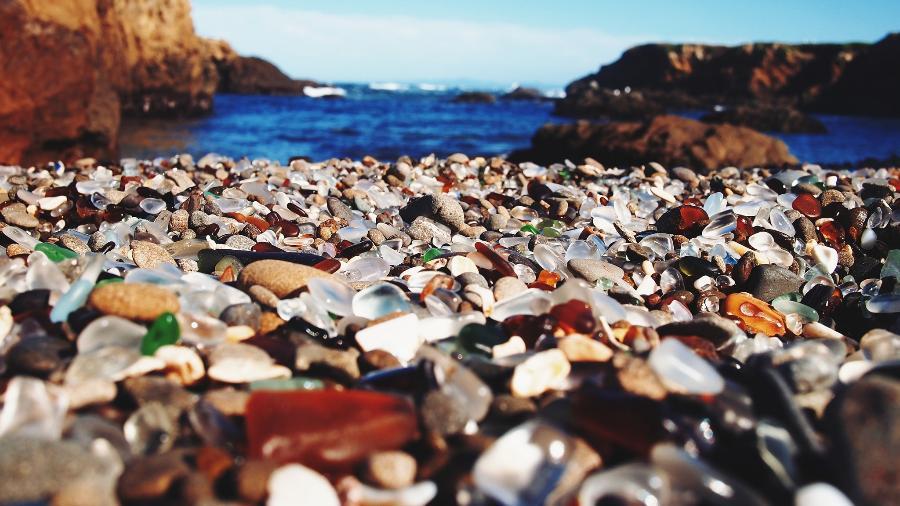 Antigo depósito de lixo, a Glass Beach exibe pedaços coloridos de garrafas e outros objetos de vidro - Lisa Nottingham/www.flickr.com/photos/lyssah/16953005196