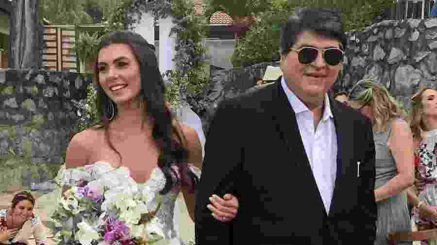 Letícia Datena é conduzida ao altar por seu pai, Datena, durante cerimônia realizada em maio - Reprodução/Instagram