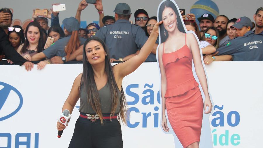Simone, da dupla com Simaria, se apresenta sozinha durante evento em celebração ao Dia do Trabalhador, na Praça Campo de Bagatelle, em São Paulo. Os fãs levaram uma boneca de papelão da irmã para acompanhar a cantora - HENRIQUE BARRETO/FUTURA PRESS/FUTURA PRESS/ESTADÃO CONTEÚDO
