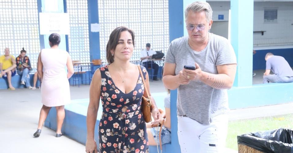 A atriz Glória Pires vota ao lado do marido, o cantor Orlando Morais, em escola no Rio de Janeiro
