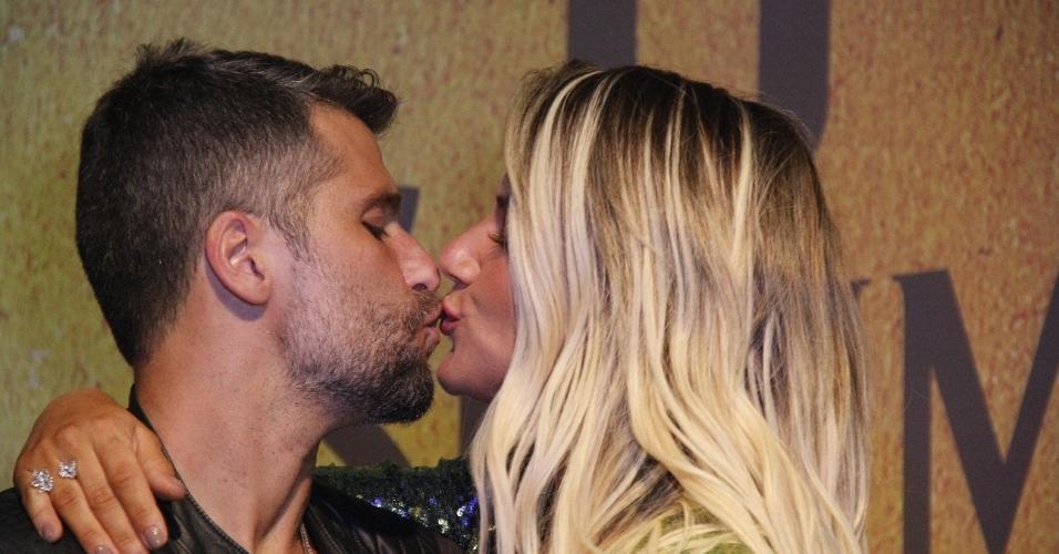 """Bruno Gagliasso e Giovanna Ewbank trocaram beijos na festa de """"O Sétimo Guardião"""""""