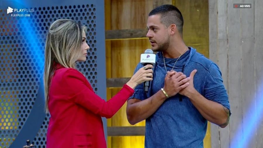 """Caique Aguiar conversa com Flávia Viana após o fim de """"A Fazenda 10"""" - Reprodução/PlayPlus"""