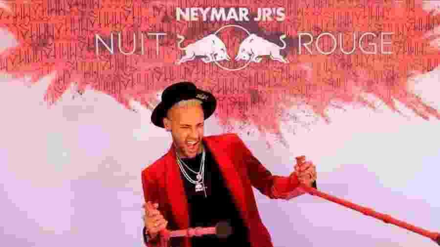 Neymar chegou à sua festa de muletas vermelhas e loiríssimo - Reprodução/Instagram/@neymarjrn_