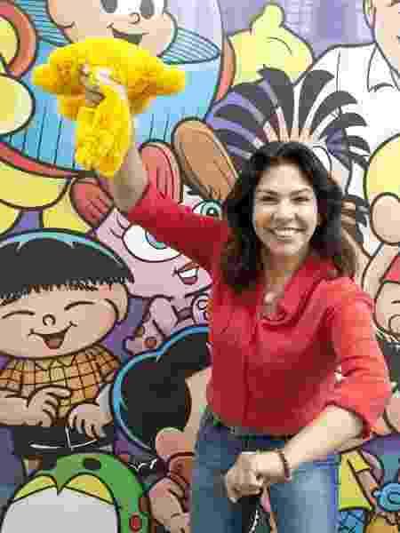 Mônica Sousa e a versão em pelúcia do primeiro Sansão, que era amarelo - Divulgação