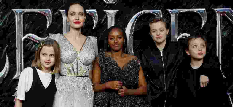 Angelina Jolie acompanhada dos filhos Vivienne, Zahara, Shiloh e Knox, em foto de 2019 - REUTERS/Peter Nicholls