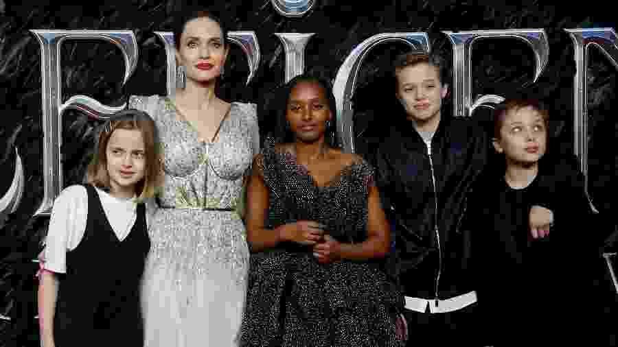 Angelina Jolie acompanhada dos filhos Vivienne, Zahara, Shiloh e Knox - REUTERS/Peter Nicholls
