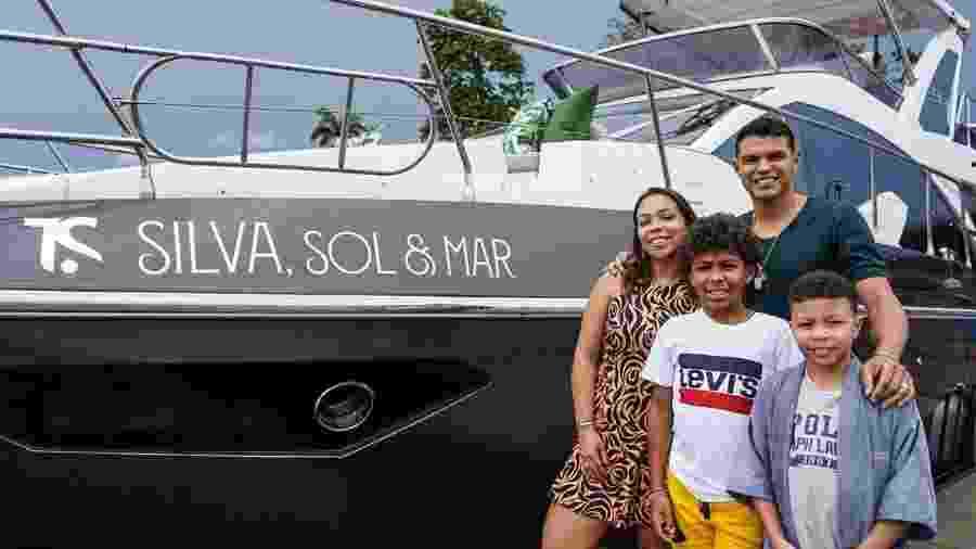 Jogador Thiago Silva e a família em frente ao iate de luxo que ele comprou para a família - Divulgação/David Mota