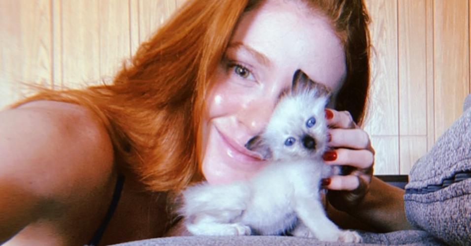 Marina Ruy Barbosa com a gatinha adotada