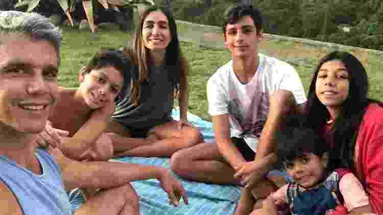 Márcio Garcia está de quarentena com a mulher, Andréa Santa Rosa, e os quatro filhos, Pedro, Nina, Felipe e João - Reprodução/ Instagram - Reprodução/ Instagram