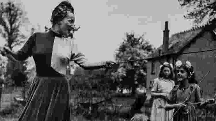Carmen Miranda faz a dança do maypole com crianças em Weston Turville - Coleção Haroldo Coronel/Divulgação - Coleção Haroldo Coronel/Divulgação