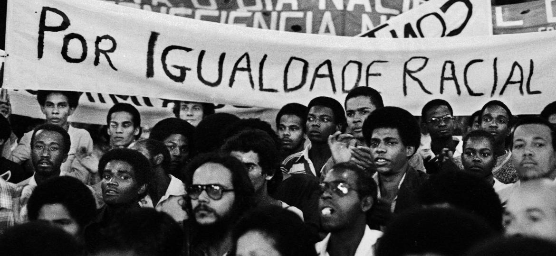 Manifestação do Movimento Negro Unificado, em frente ao Theatro Municipal de São Paulo, em 1978.    - Jesus Carlos