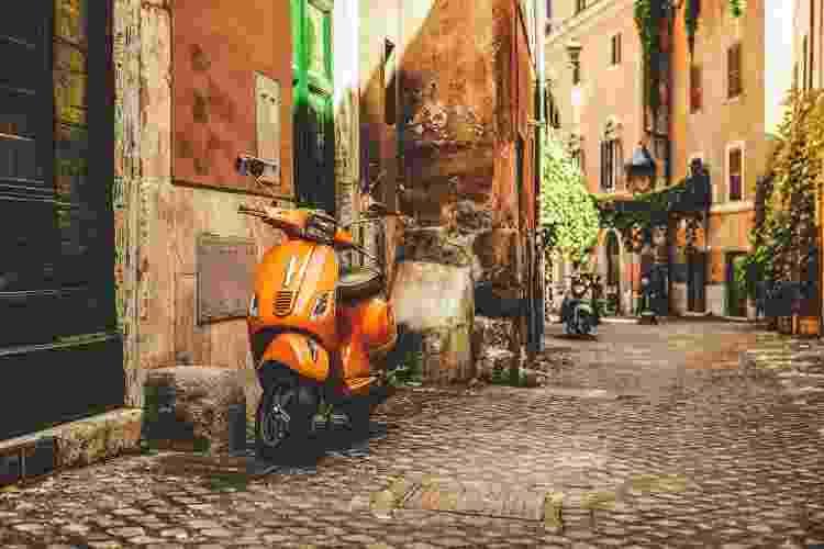 Uma das ruelas charmosas de Roma - iStockphotos - iStockphotos