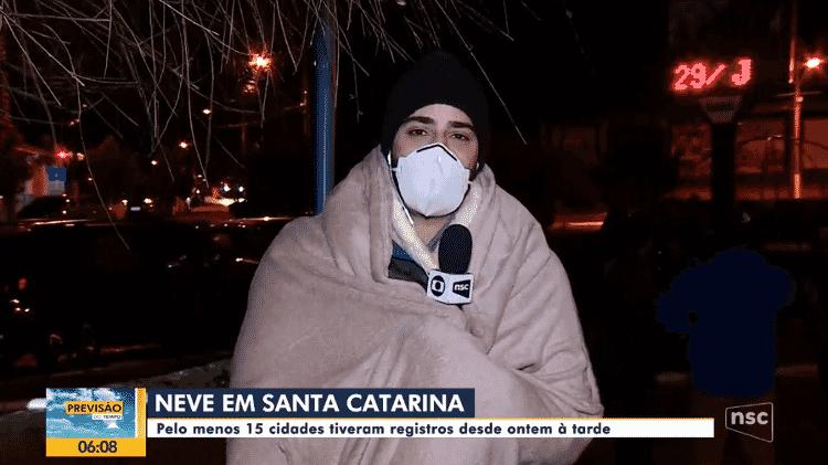 Repórter da NSC TV usa cobertor ao vivo em Santa Catarina - Reprodução/NSC TV - Reprodução/NSC TV