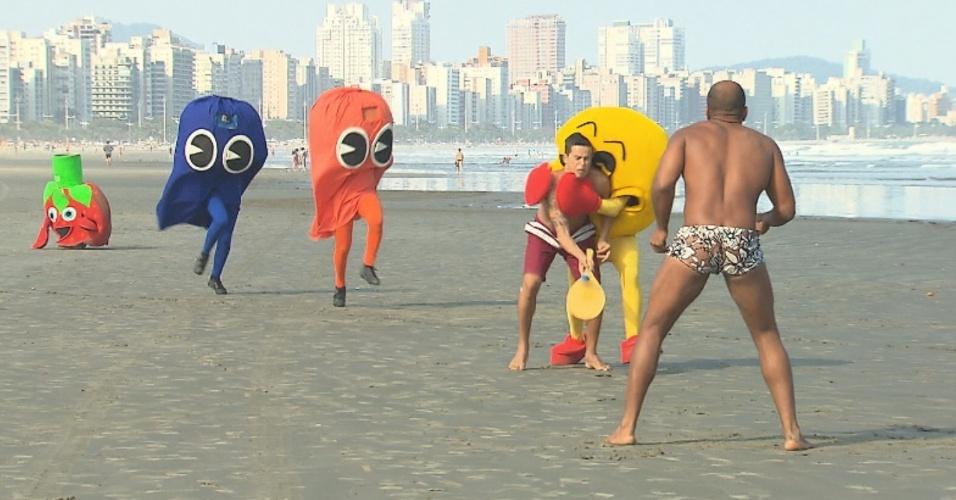 Na pegadinha do SBT em parceria com a Sony Pictures, Ivo atrapalha um jogo de frescobol na praia com outros figurantes caracterizados de personagens do jogo Pac-Man