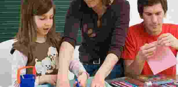 Fazer um brinquedo com o filho é uma forma de ensiná-lo a ser menos consumista - Getty Images