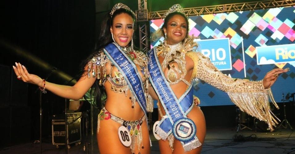 14.nov.2015 - Uilana Adães (Primeira Princesa) e Bianca Monteiro (Segunda Princesa) posam para fotos durante a premiação