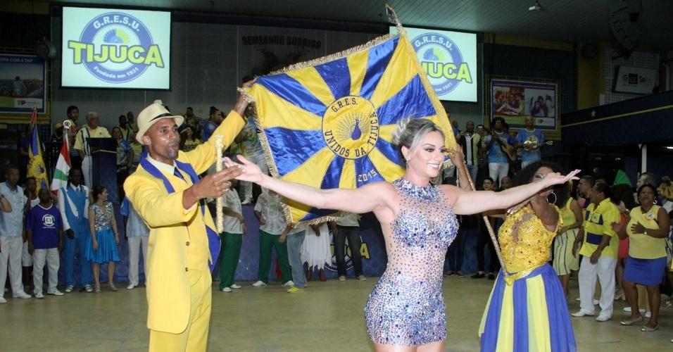 19.dez.2015 -  Juju Salimeni foi apresentada como musa da Unidos da Tijuca, quando visitou a quadra da escola, localizada na Leopoldina, Zona Portuária do Rio de Janeiro