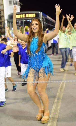 17.jan.2016 - Ex-BBB Amanda Gontijo desfila com maiô chamativo durante ensaio técnico da Unidos de Vila Maria, que aconteceu na noite de sábado (16) no Sambódromo do Anhembi.