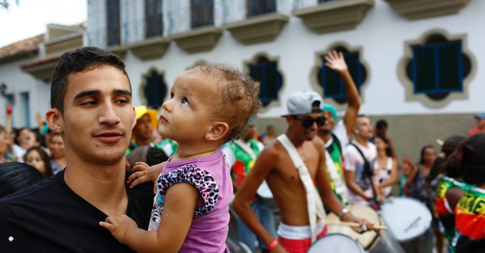 7.fev.2016 - Pequena foliã curte o Bloco Santa Casa no centro histórico de São João Del Rei (MG)