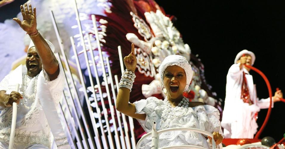 8.fev.2016 - Todo em tons brancos, o trecho final do desfile do Sagueiro deixa uma mensagem de paz.