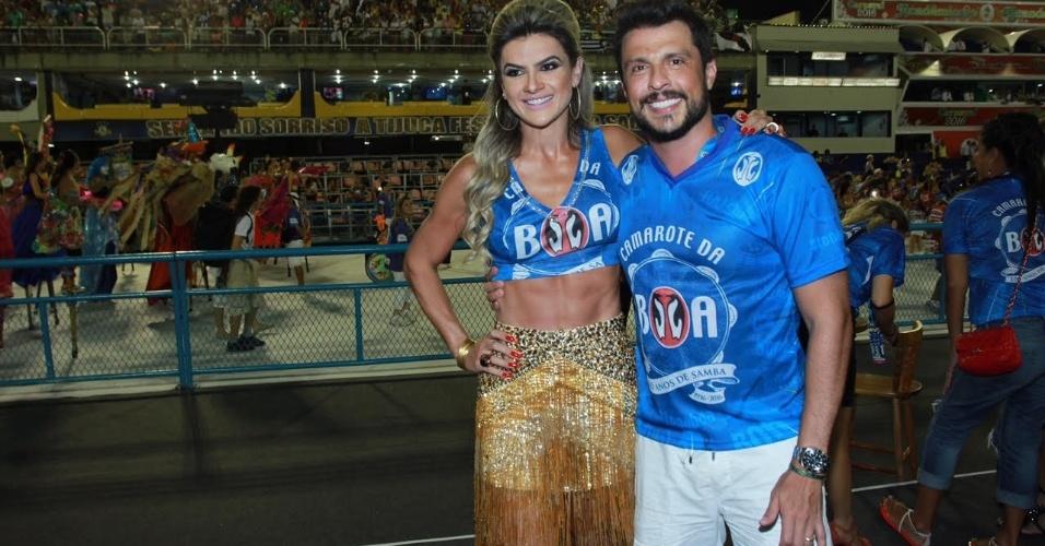 13.fev.2016 - Mirella Santos e Wellington Muniz, o Ceará, curtem o desfile das campeãs em camarote na Sapucaí, Rio de Janeiro