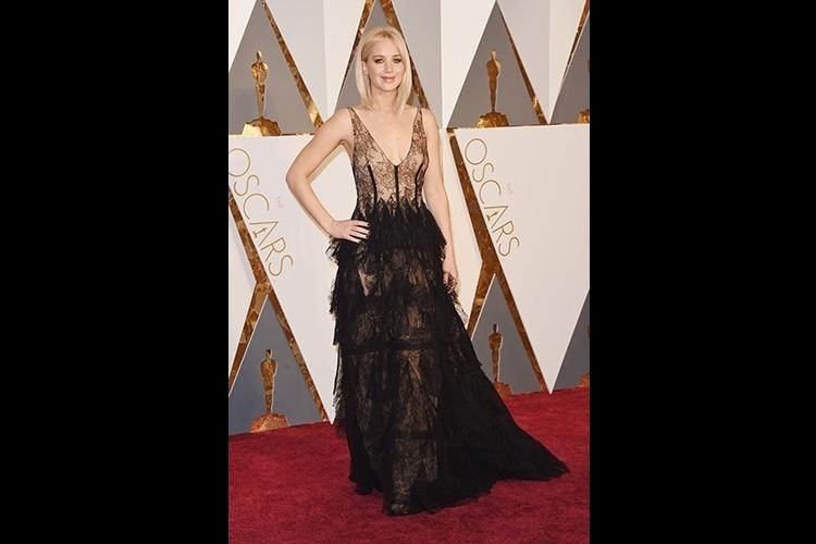 021f40db4 28.fev.2016 - A atriz Jennifer Lawrence surgiu no tapete vermelho com um