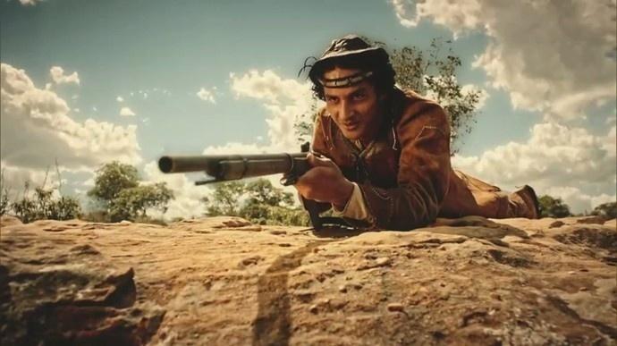 Bento (Diyo Coêlho) na tocaia para atirar em Afrânio (Rodrigo Santoro) em