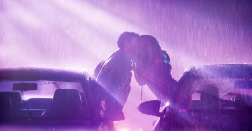 13.mai.2016 - Anitta beija rapaz em clipe de