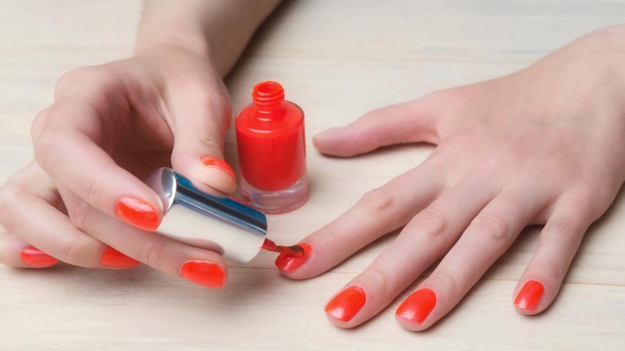 Usar esmalte demais é um dos erros mais comuns cometidos pelas manicures amadoras; veja outros - Getty Images