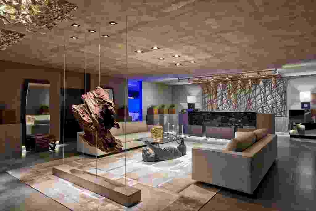 A decoradora Walkiria Nossol e a arquiteta Jéssica Brandão criaram o Lobby de Hotel com base decorativa monocromática, em cinza. No piso, o tapete com diferentes texturas e tonalidade champanhe é da Originale Maison (www.originalemaison.com.br) - Marcelo Stammer/ Divulgação